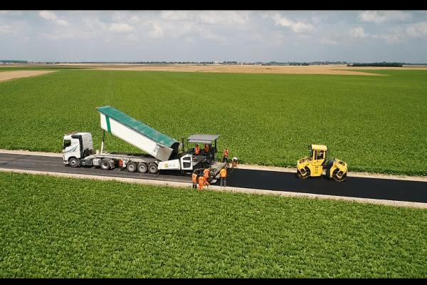 Travaux de refection d'une route par Routes et Chantiers modernes. Production vidéo en poitou charentes : vidéo expérience